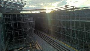 CUPLOK formställning med en portal över järnväg.